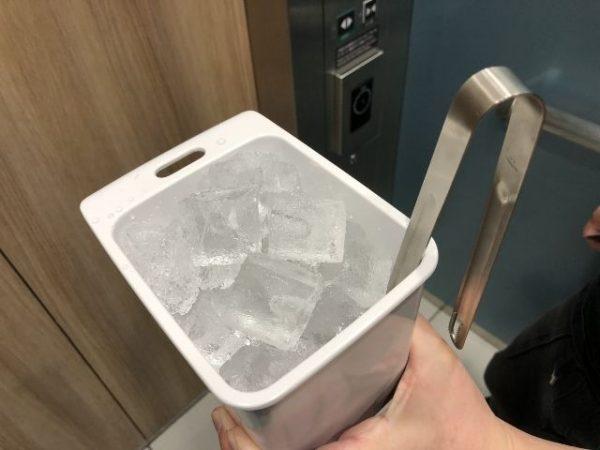 製氷機で氷を持ってきた画像